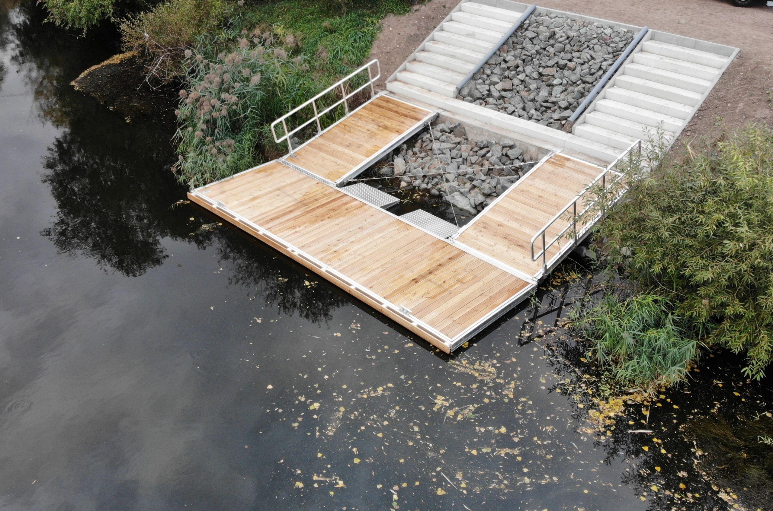 2 Treppen zu 2 Zugängen mit Geländer mit Rudersteg