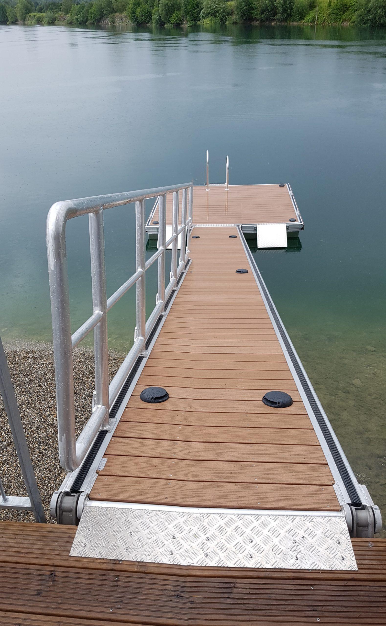 Schwimmplattform mit Landzugang/ Blick vom Landzugang Richtung der Plattform