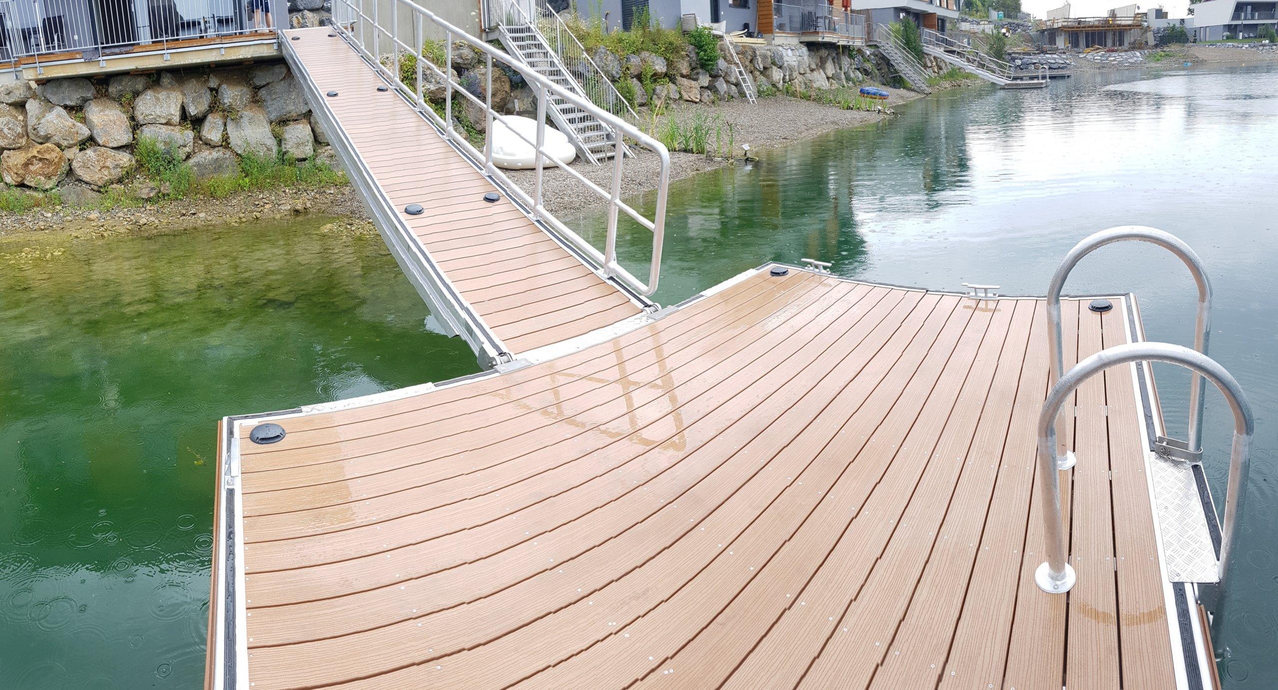 Schwimmplattform mit Landzugang/ Blick von der Plattform Richtung Landzugang