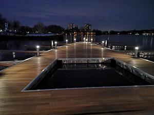 Beleuchtungssäulen auf der Schwimmplattform